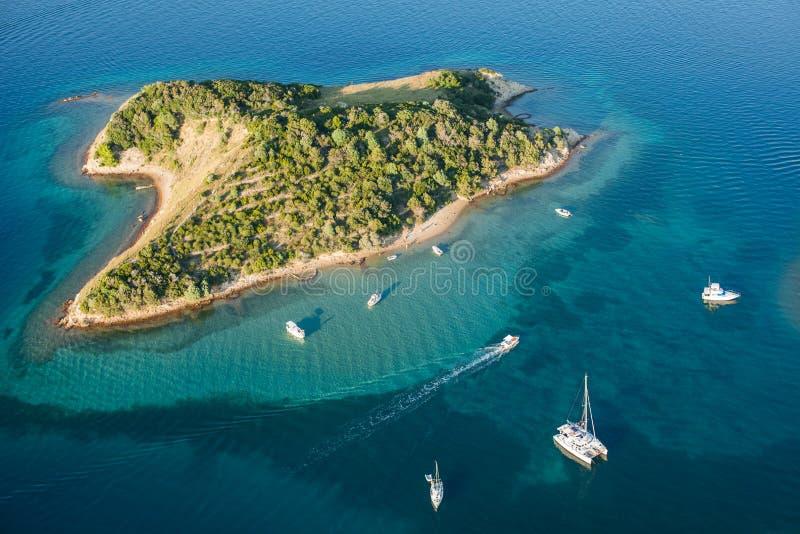 Flyg- sikt av Kroatienkustlinjen Rab ö arkivbilder