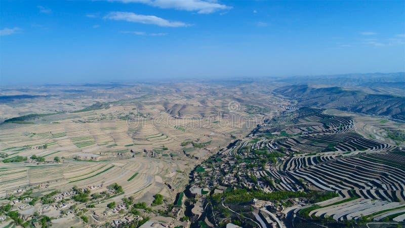 Flyg- sikt av kullar för lantgårdfält, terrasserad dal med massiv agricutlure fotografering för bildbyråer