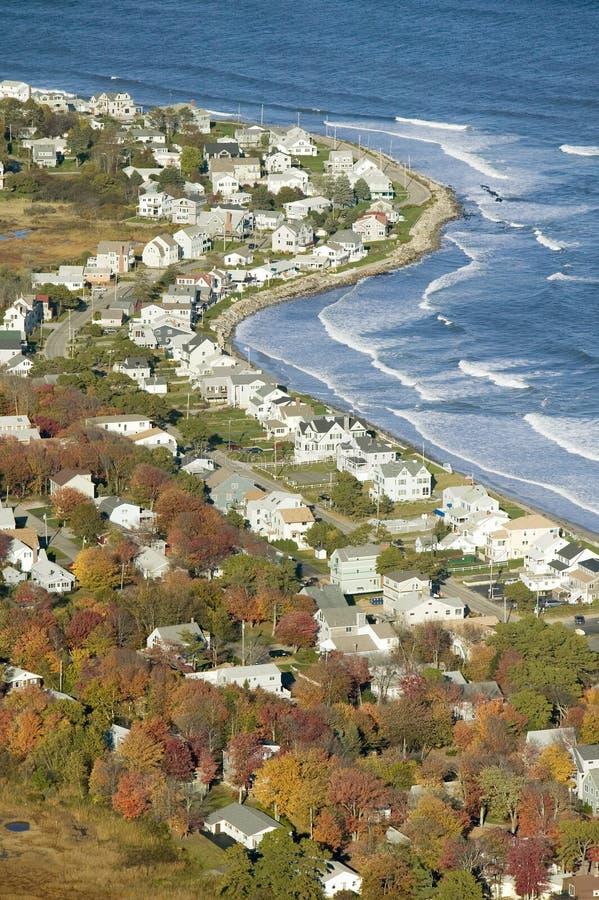 Flyg- sikt av kustlinjen av hem i Ogunquit, Maine arkivfoto