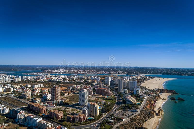 Flyg- sikt av kustlinjen i Rocha strandPraia da Rocha i Portimao, Algarve, Portugal arkivbilder