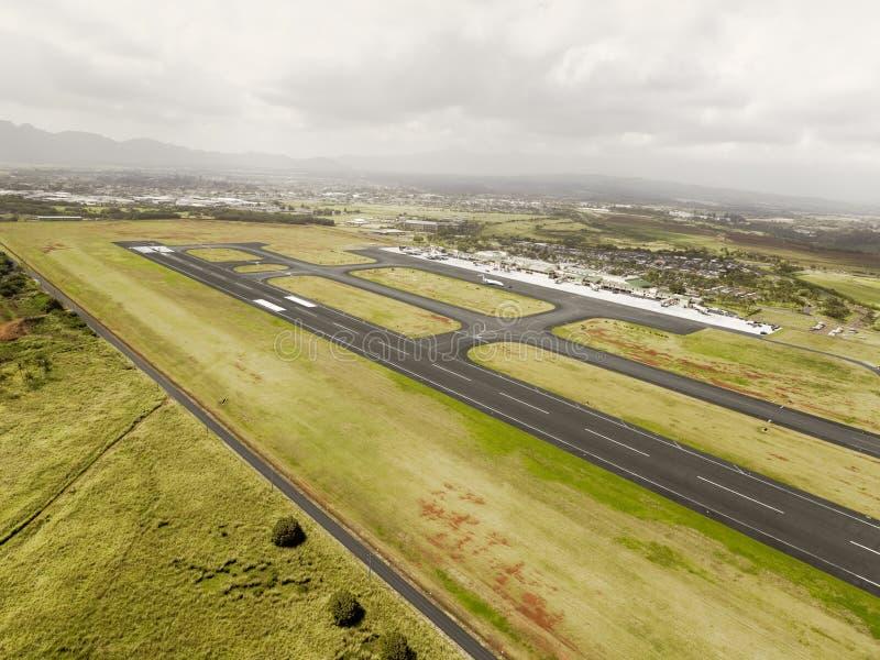 Flyg- sikt av landningsbanan Hilo för internationell flygplats, Hawaii royaltyfria foton
