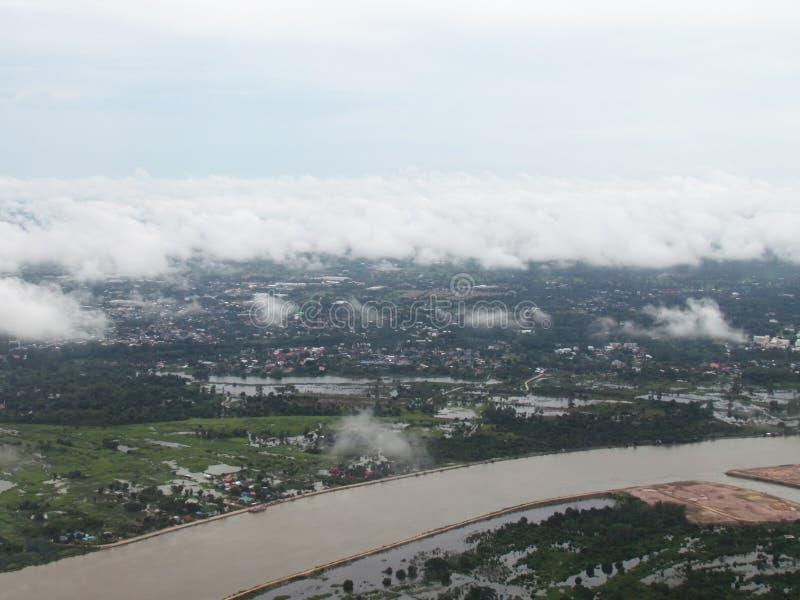 Flyg- sikt av landskapet i regnig säsong med floden royaltyfri bild