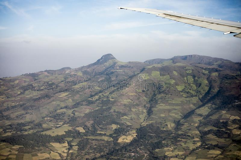 Flyg- sikt av lantgårdar och berg i Etiopien royaltyfri bild