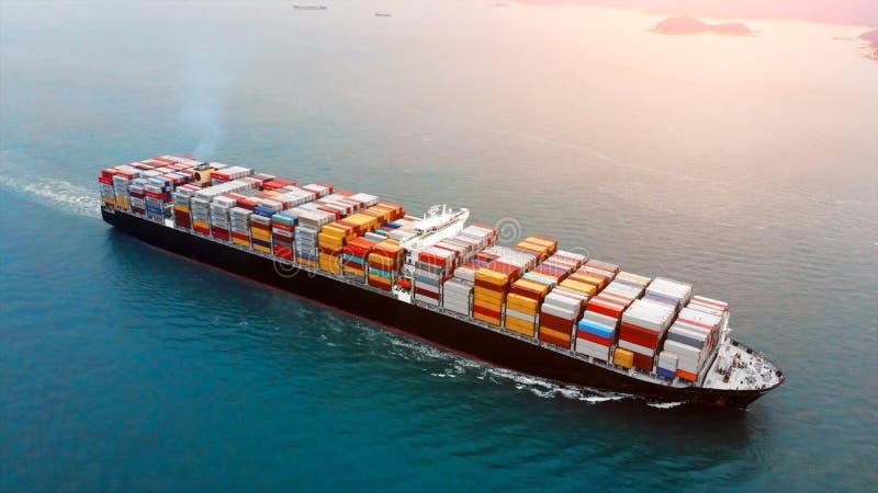Flyg- sikt av lastbehållareskeppet på havet royaltyfri bild