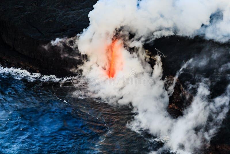 Flyg- sikt av lava som flödar in i havet av Hawaii arkivfoton