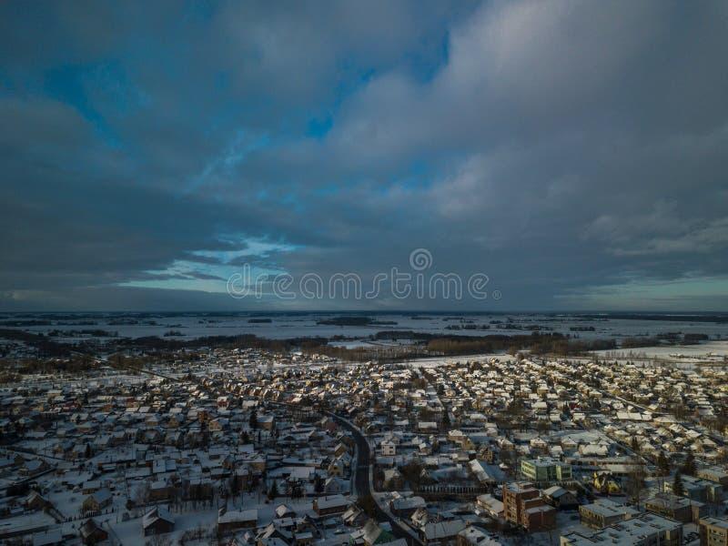 Flyg- sikt av lilla staden i Litauen, Joniskis Solig vinterdag royaltyfria bilder