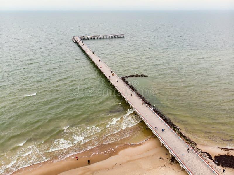 Flyg- sikt av linjen f?r ?stersj?n kust n?ra den Klaipeda staden, Litauen H?rlig havskust p? sommardag arkivbilder