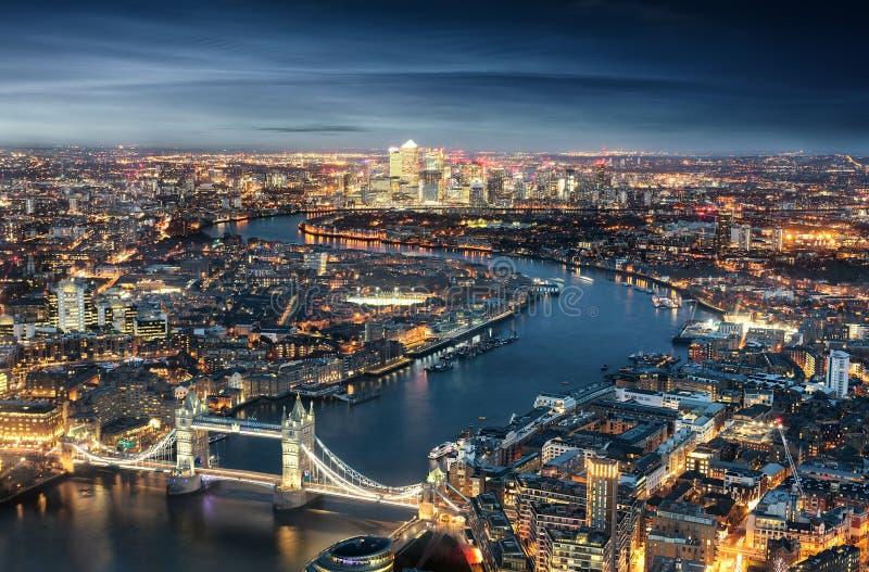 Flyg- sikt av London: från tornbron till det finansiella området Canary Wharf royaltyfri fotografi