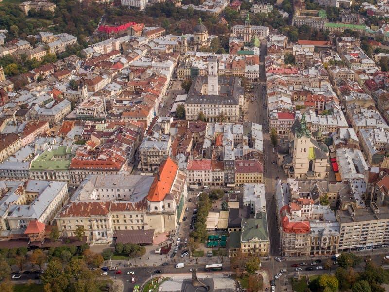 Flyg- sikt av Lviv, gamla stadsbyggnader och trafik Ukraina 4k royaltyfria bilder