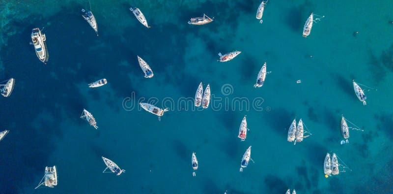 Flyg- sikt av många ankra yacht i öppet vatten royaltyfria foton