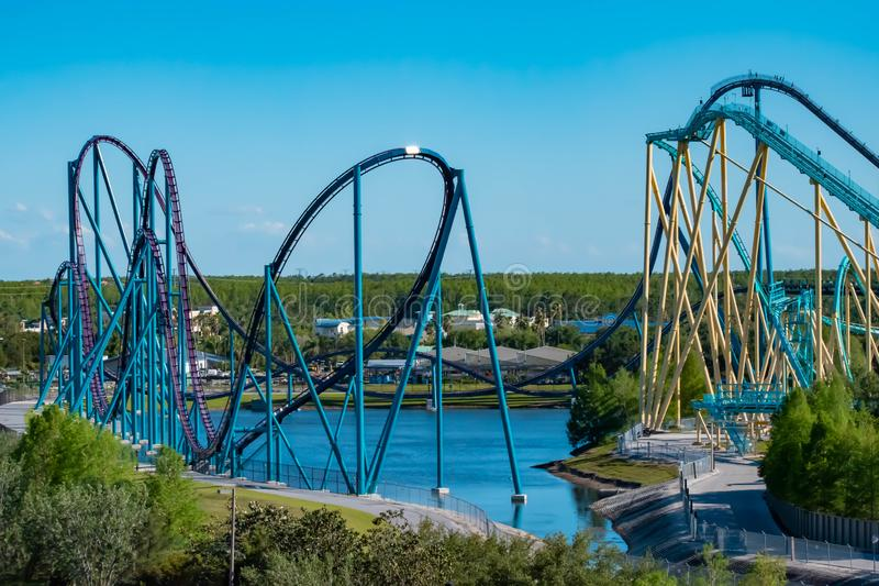 Flyg- sikt av mako- och Kraken rollercoasters på lightblue himmelbakgrund på Seaworld i internationellt drevområde royaltyfri foto