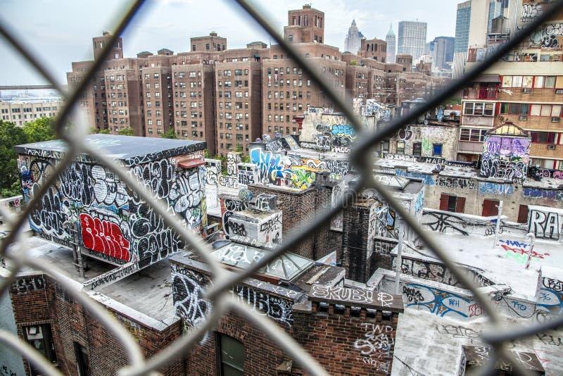 Flyg- sikt av Manhattan tak som målas med färgrika grafitti royaltyfria foton