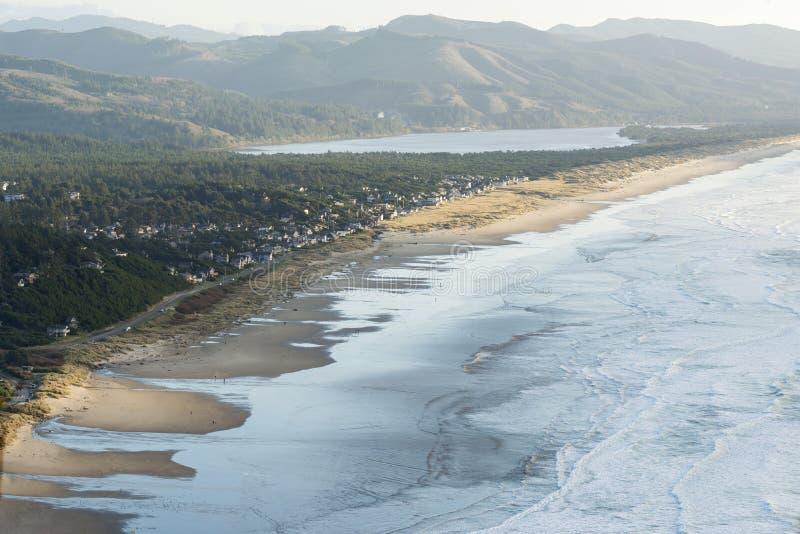 Flyg- sikt av Manzanita, Oregon, den Nehalem fjärden och Stilla havet royaltyfria bilder