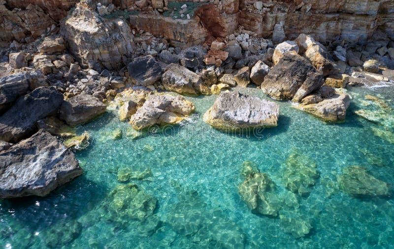 Flyg- sikt av medelhavkusten nära den Geropotamos stranden med genomskinligt vatten crete greece royaltyfria foton