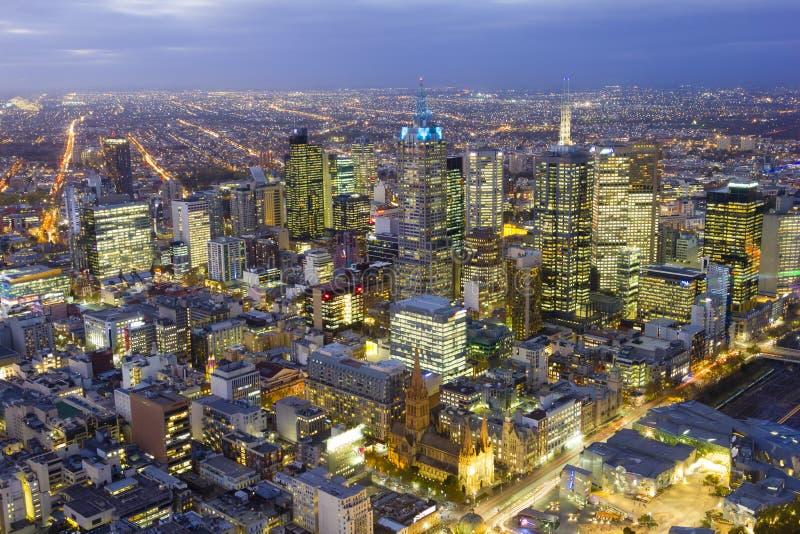 Flyg- sikt av Melbourne cityscape på skymning royaltyfria foton