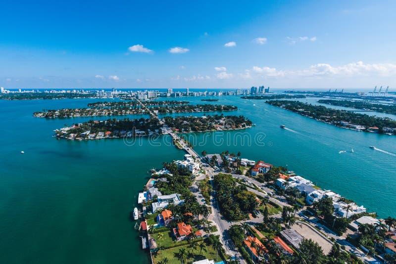 Flyg- sikt av Miami öar på en solig dag arkivfoto