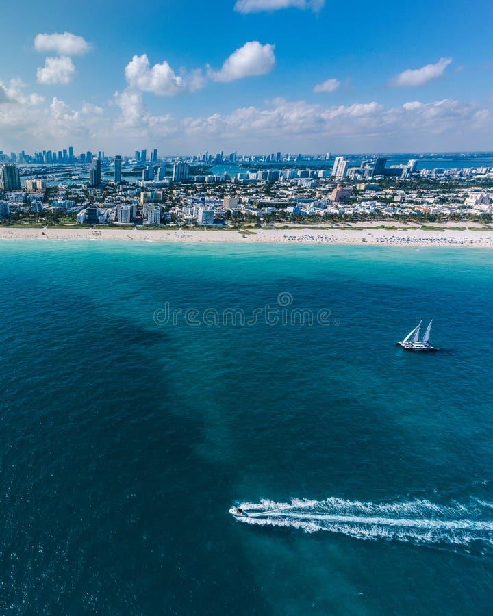 Flyg- sikt av Miami Beach med segelbåten i sikt royaltyfri fotografi
