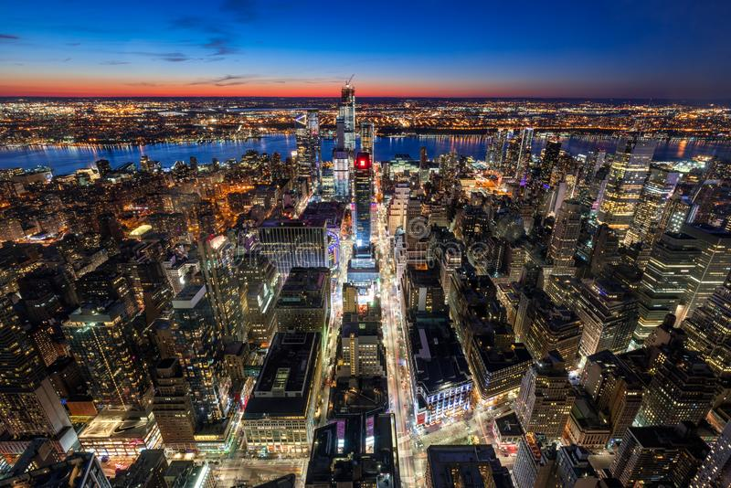 Flyg- sikt av midtownen västra Manhattan med nya Hudson Yards skyskrapor under contruction på skymning stad manhattan New York royaltyfria foton