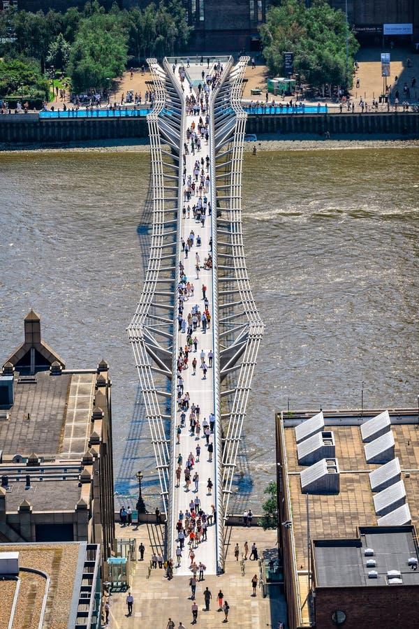 Flyg- sikt av milleniumbron i London med att gå folk arkivfoton