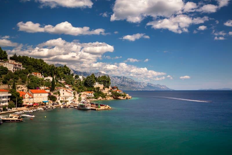 Flyg- sikt av Mimice by- och Adriatiskt havkostnad, Omis Rivier fotografering för bildbyråer