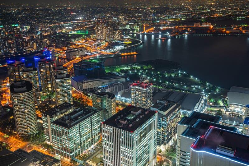 Flyg- sikt av Minato Mirai 21 omr?de p? natten in i Yokohama, Japan arkivbilder