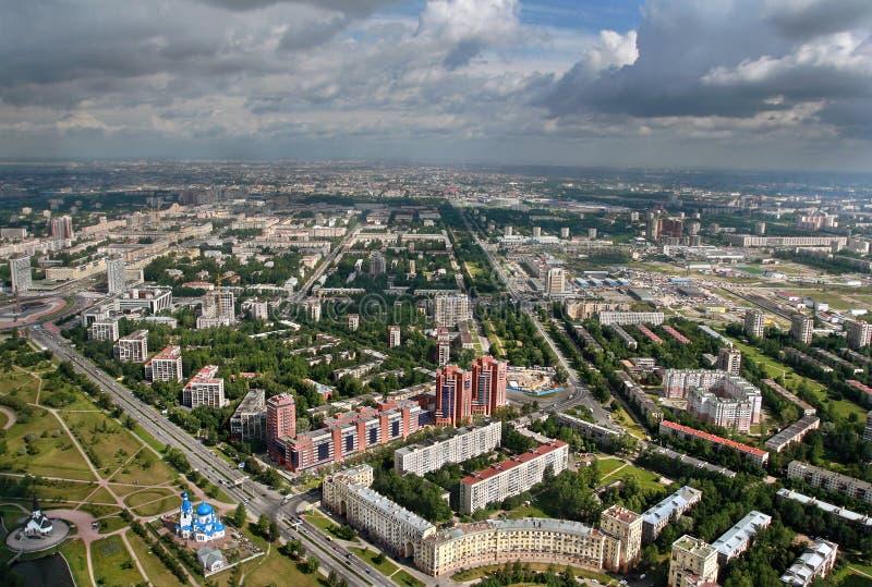 Flyg- sikt av moderna flerfamiljshus som byggs i europeisk stad. arkivfoto