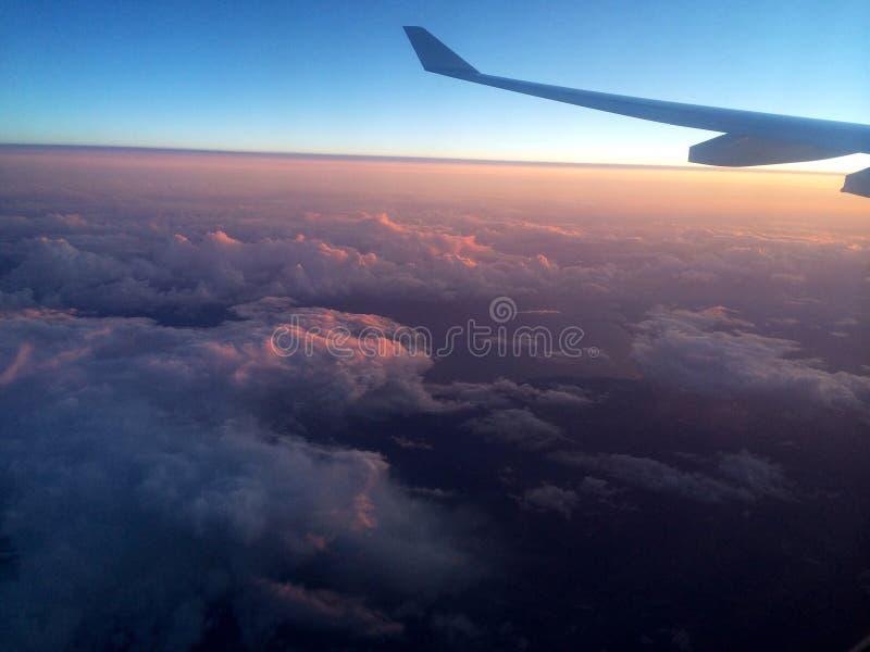 Flyg- sikt av molnig himmel från över royaltyfri bild