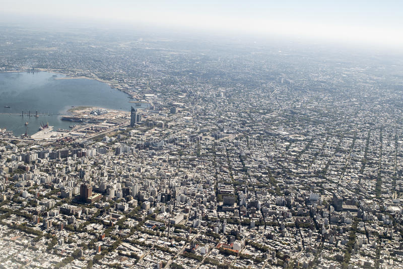 Flyg- sikt av Montevideo från fönsternivån royaltyfri bild