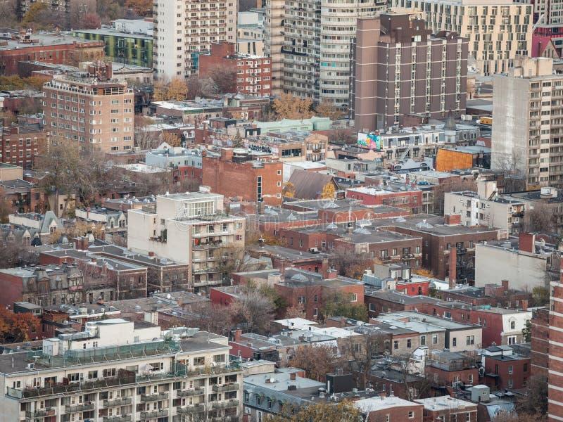 Flyg- sikt av Montreal med en fokus av början av det Le Platå området med dess särskiljande amerikanska byggnader för röda tegels arkivfoton