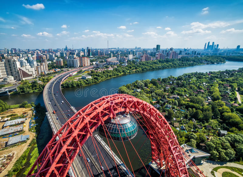 Flyg- sikt av Moskva med denblivna Zhivopisny bron royaltyfri bild
