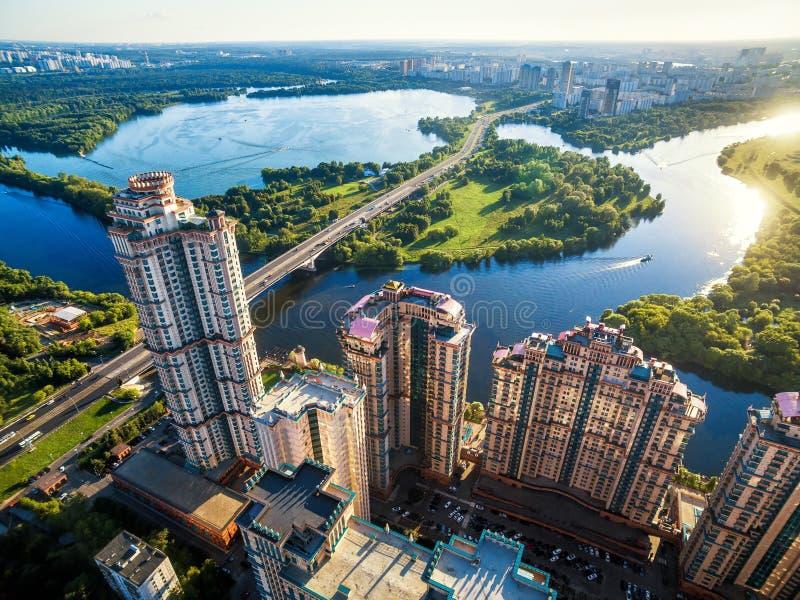 Flyg- sikt av Moskva med skyskrapor och den Stroginsky bron arkivbilder