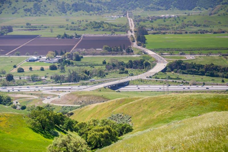 Flyg- sikt av motorvägföreningspunkten och jordbruks- fält, bergbakgrund, södra San Francisco Bay, San Jose, Kalifornien royaltyfri foto