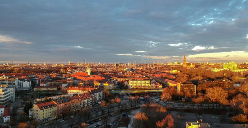 Flyg- sikt av Munich på en vinterdag på solnedgången, munich, Tyskland arkivfoto