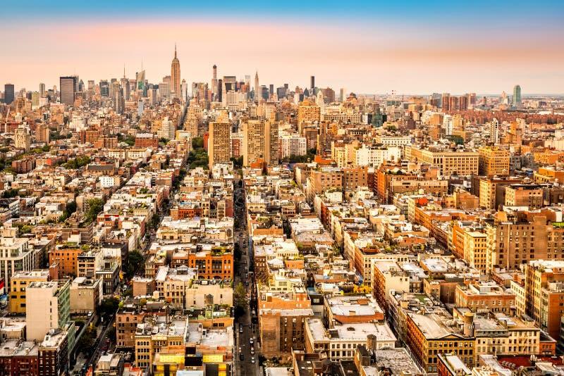 Flyg- sikt av New York City avenyer som konvergerar in mot midtown royaltyfri fotografi