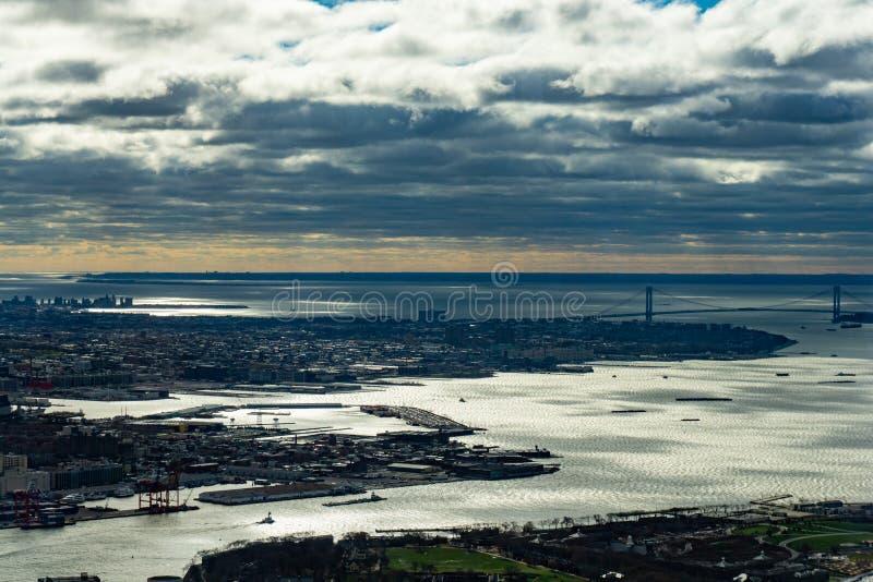 Flyg- sikt av New York horisont från himlen på en molnig dag arkivfoton