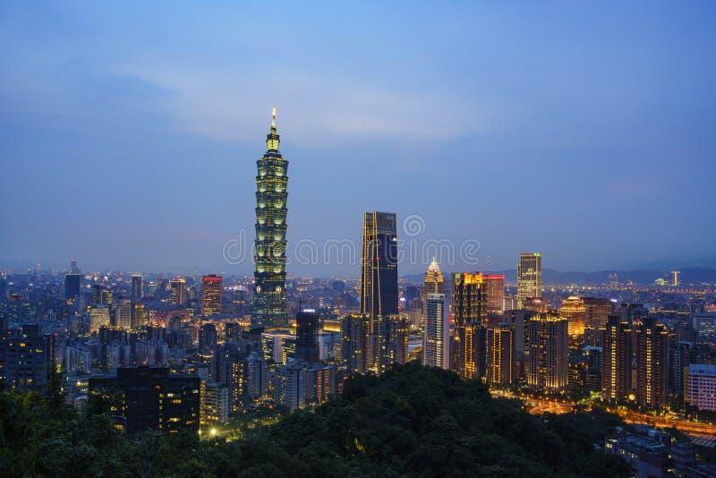 Flyg- sikt av nightscapen av Taipei 101 och det Xinyi området fotografering för bildbyråer