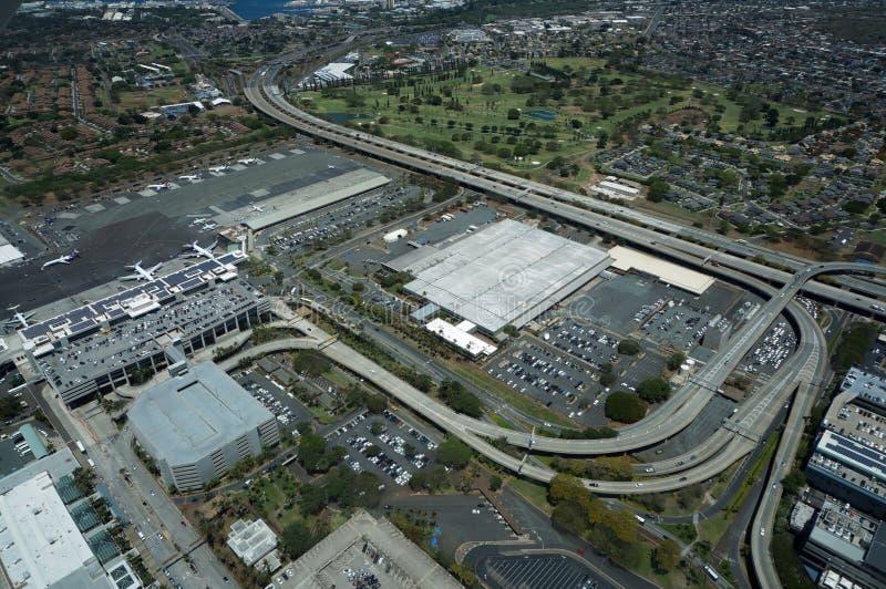 Flyg- sikt av nivåer, helikoptrar och bilar som parkeras av byggnader royaltyfri fotografi