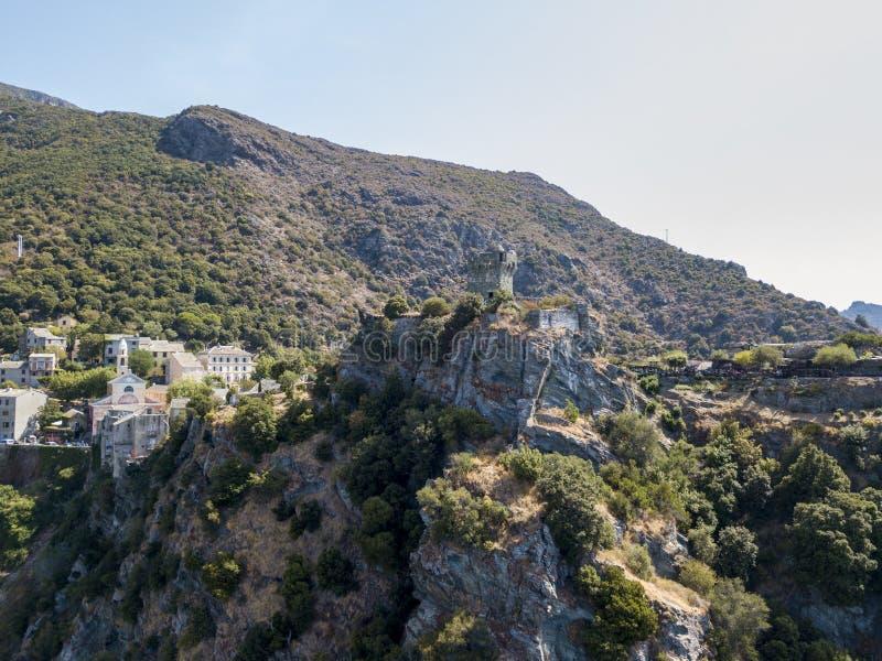 Flyg- sikt av Nonza och tornet på en klippa som förbiser havet corsica kustlinje france arkivbilder