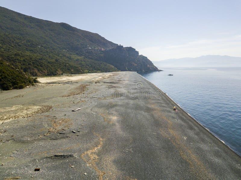 Flyg- sikt av Nonza och tornet på en klippa som förbiser havet corsica kustlinje france arkivfoton