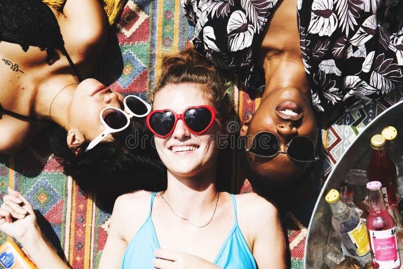 Flyg- sikt av olika kvinnor som ligger under solen royaltyfri fotografi