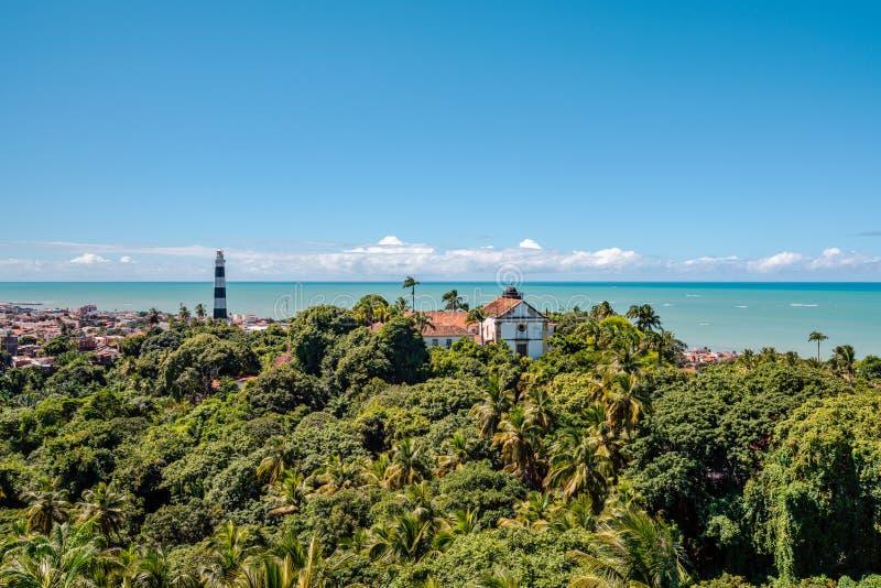 Flyg- sikt av Olinda Lighthouse och kyrkan av vår dam av nåd, katolsk kyrka som byggs i 1551, Olinda, Pernambuco, Brasilien arkivbilder