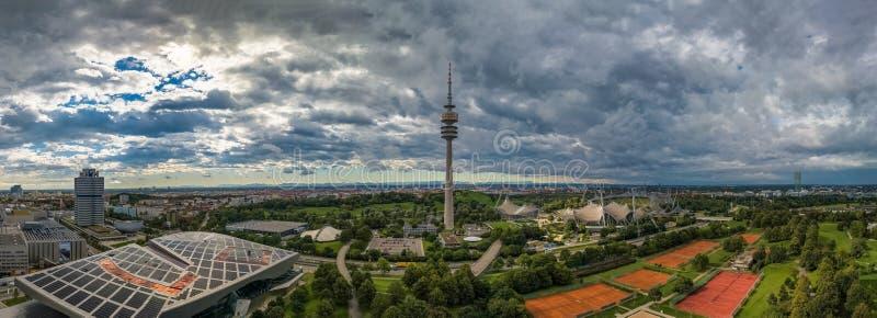 Flyg- sikt av Olympiapark och Olympiaturm det olympiska tornet Munich royaltyfri fotografi