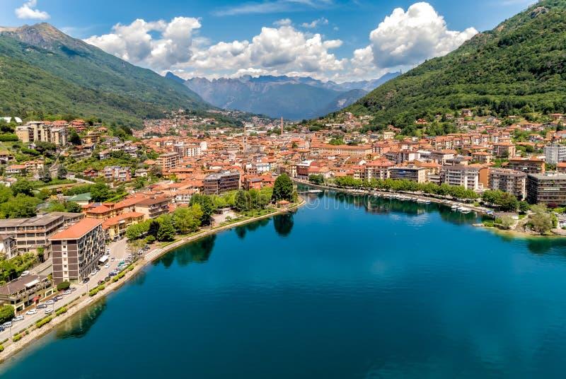 Flyg- sikt av Omegna som lokaliseras på kusten av sjön Orta i Piedmont, Italien arkivfoton