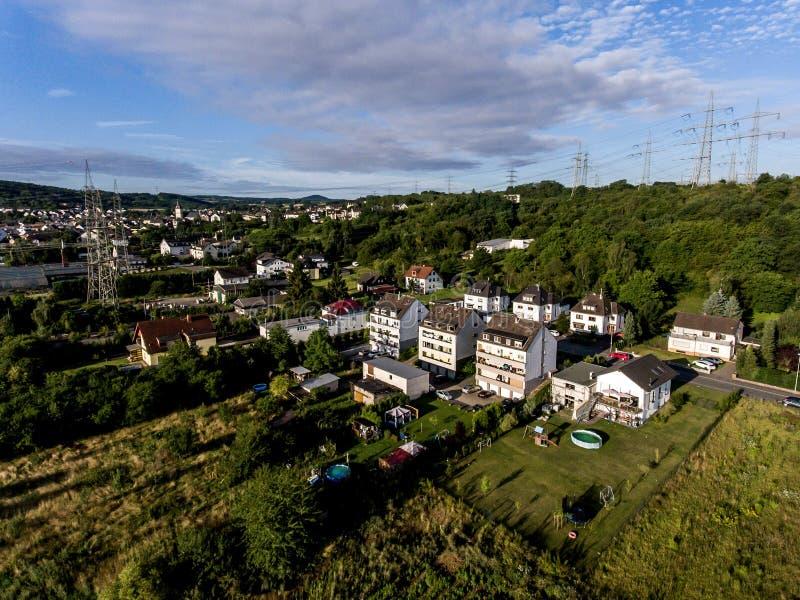 Flyg- sikt av omgivning och byn av Andernach i Tyskland på en solig sommardag med blå himmel arkivfoto