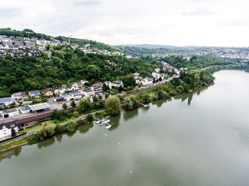 Flyg- sikt av omgivning och byn av Vallendar i Tyskland på en solig sommardag med blå himmel royaltyfria foton