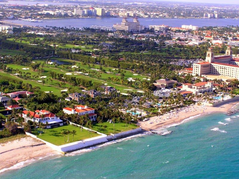 Flyg- sikt av Palm Beachsäkerhetsbrytaregolfbanan arkivfoto