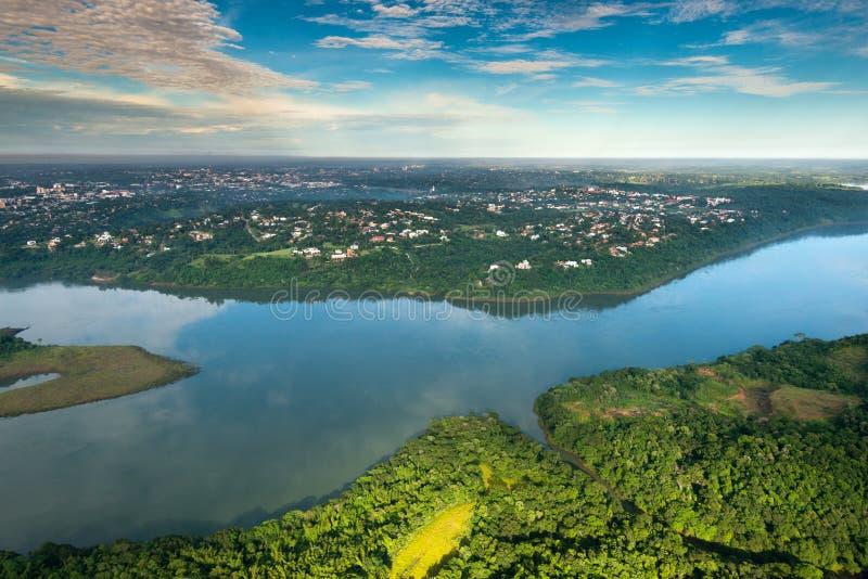 Flyg- sikt av Parana River på gränsen av Paraguay och Brasilien med Ciudad del Este royaltyfri foto