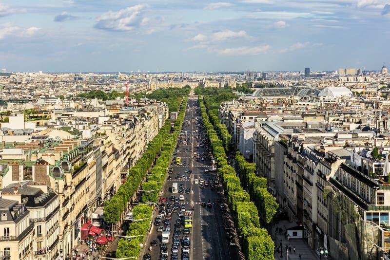 Flyg- sikt av Paris cityscape med avenydes Champs-Elysees P arkivbilder