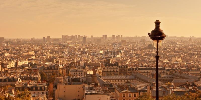 Flyg- sikt av Paris från den Montmartre kullen på solnedgången, Frankrike royaltyfri fotografi