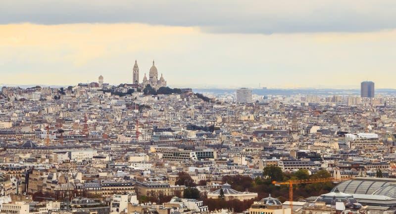 Flyg- sikt av Paris med basilikan av den sakrala hjärtan arkivfoto